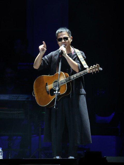 63歲的羅大佑「當年離家的年輕人」巡迴演唱會14日從台北小巨蛋中起跑,暌違6年二度攻蛋,儘管外頭狂風暴雨,仍吸引1萬名歌迷捧場,票房3千萬元,扣除成本進帳約500萬元,揮別2月在同場地的「假如我是羅...