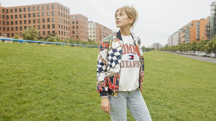 Tommy Jeans印花棒球外套7,980元、經典圓領衫5,680元、牛仔褲5...