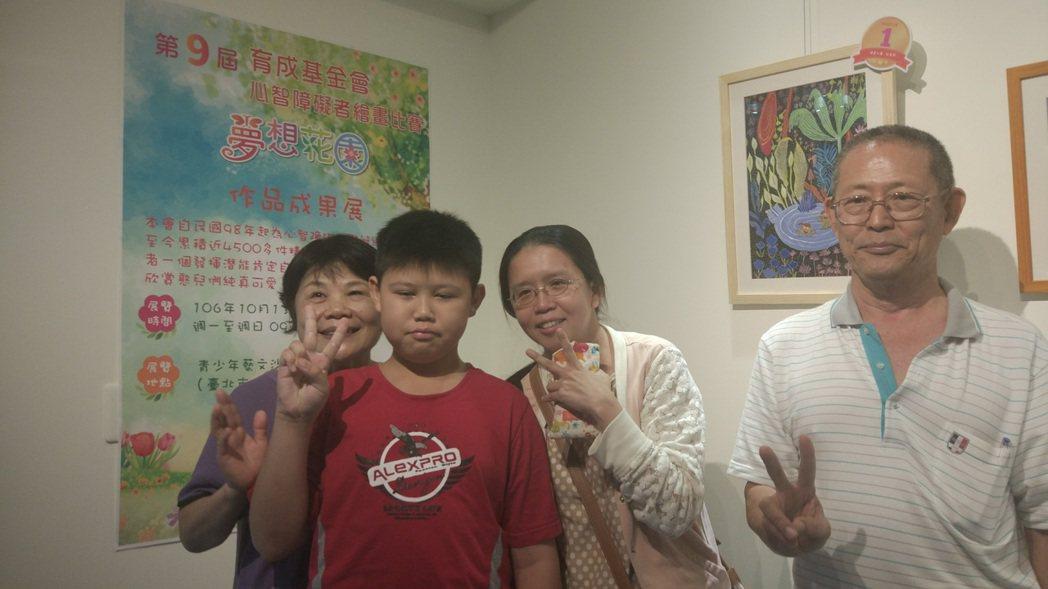 獲得兒童組冠軍的柯承昕(左二)及其家人。記者林良齊/攝影