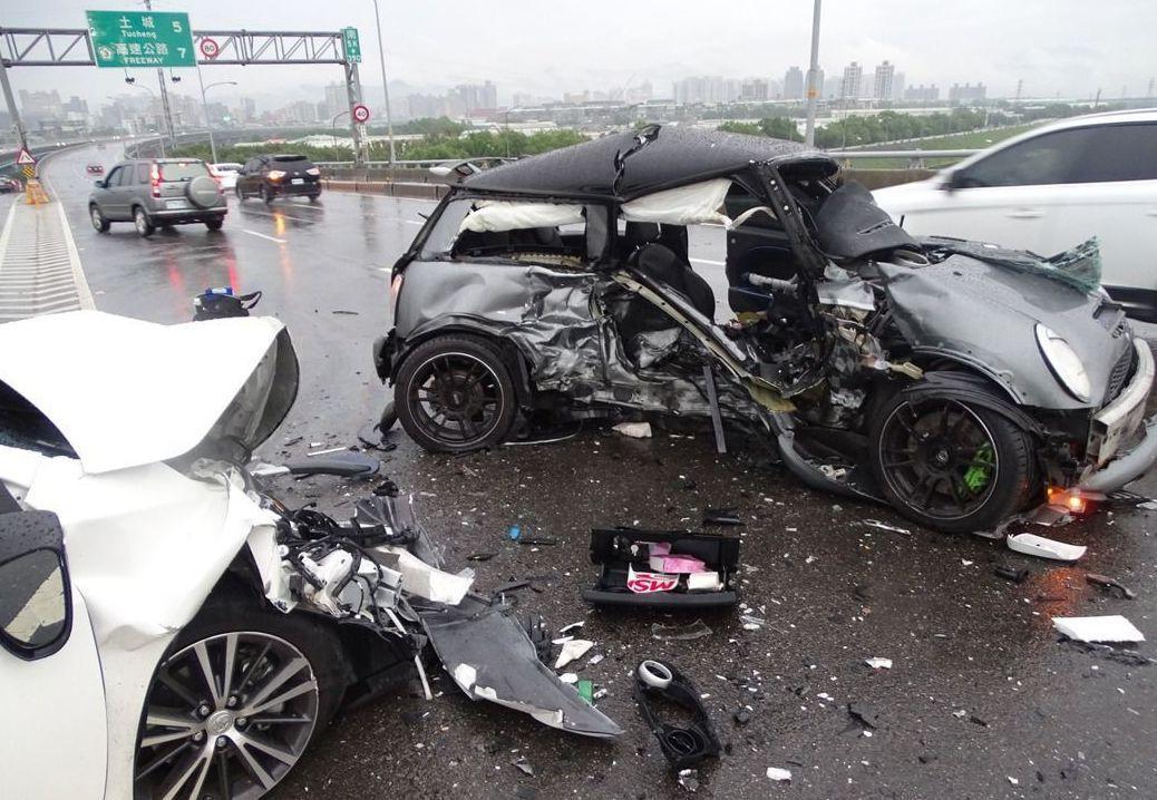 台65線今天下午兩部小客車對撞,灰色車上父女雙亡。 記者江孟謙/攝影