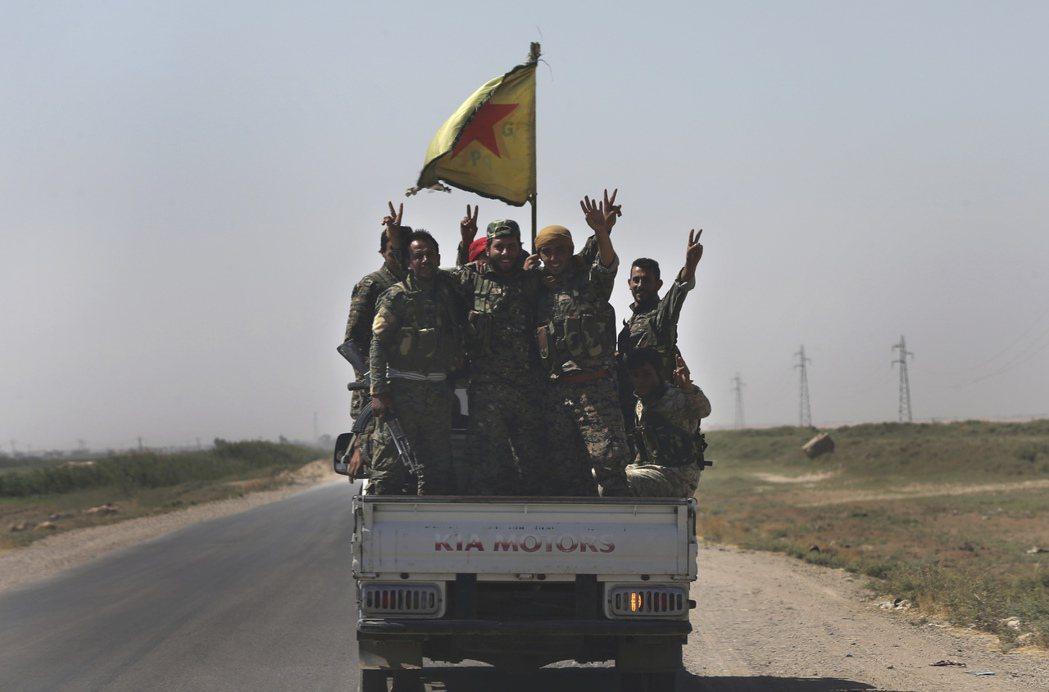 對抗IS的敘利亞民兵7月攻入拉卡市後於車上舉手慶功。 美聯社