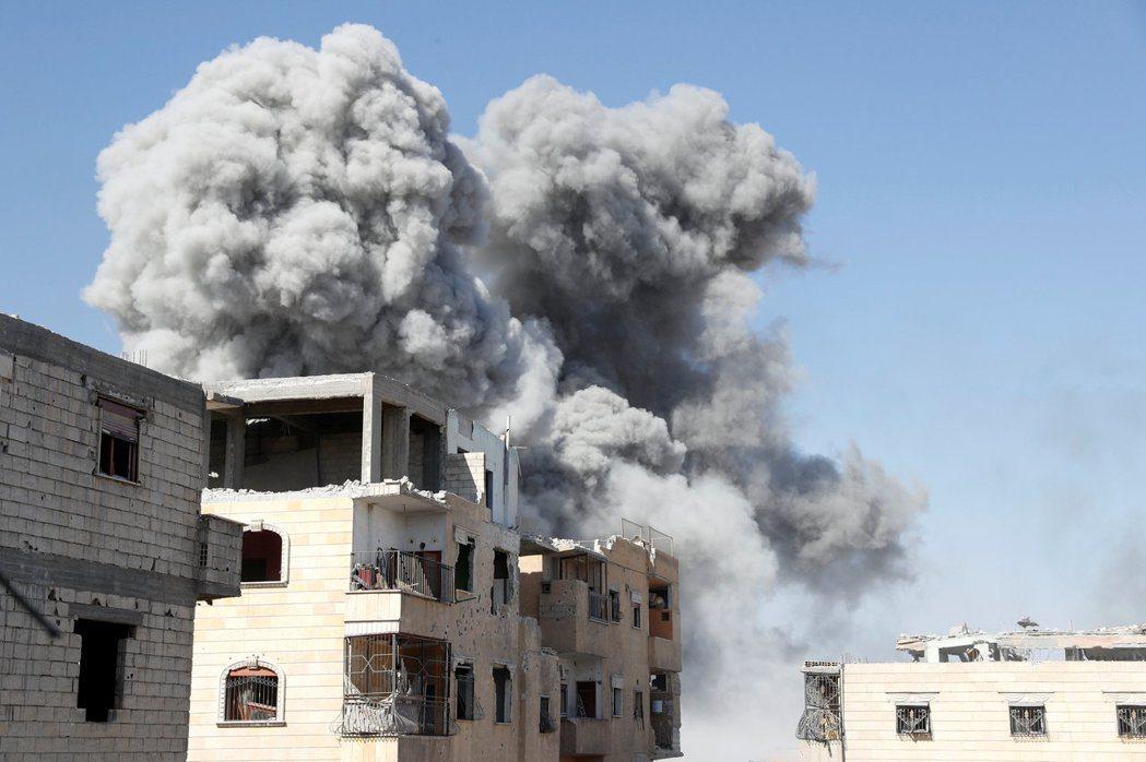 拉卡已遭聯軍圍困數月,圖為IS一處據點本月稍早遭空襲的畫面。 路透
