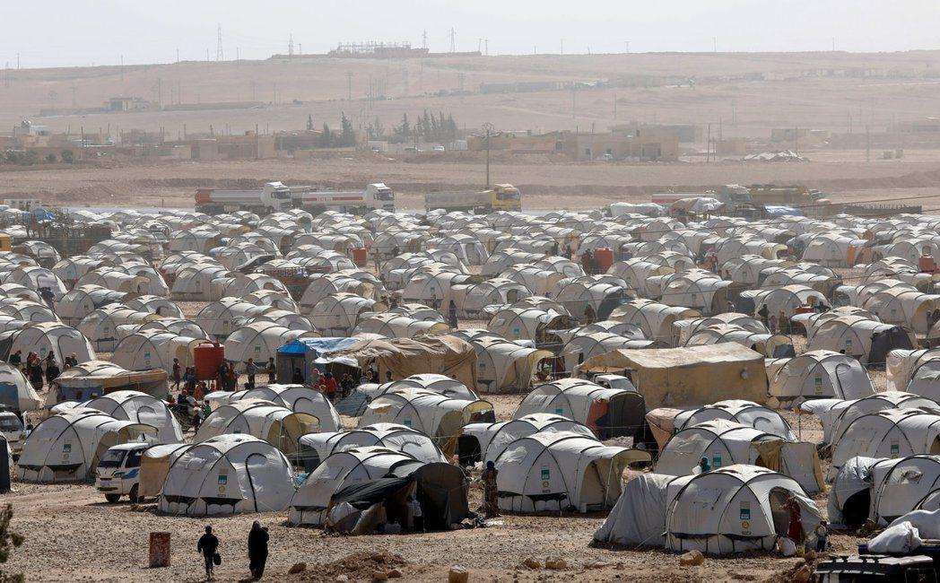 聯軍與IS的戰鬥讓許多敘利亞人流離失所,圖為拉卡北方約50公里的安伊薩難民營。...