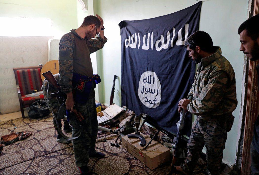 對抗IS的敘利亞民兵9日攻下拉卡市內IS據點後,盤點繳獲的武器彈藥。 路透