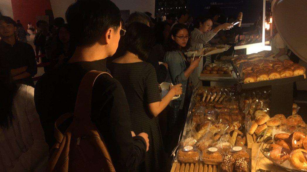 台中國家歌劇院在一樓安排餐飲區,讓觀眾選擇晚餐。 記者陳秋雲/攝影