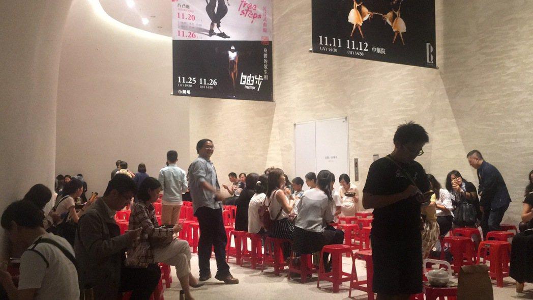最後一場「女武神」演出休息時間,歌劇院安排觀眾在大廳角落坐紅椅用餐。 記者陳秋雲...