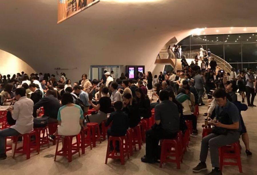 台中國家歌劇院在歌劇中場休息時,擺了紅塑膠椅讓觀眾可以坐著休息、吃飯。 照片/摘...