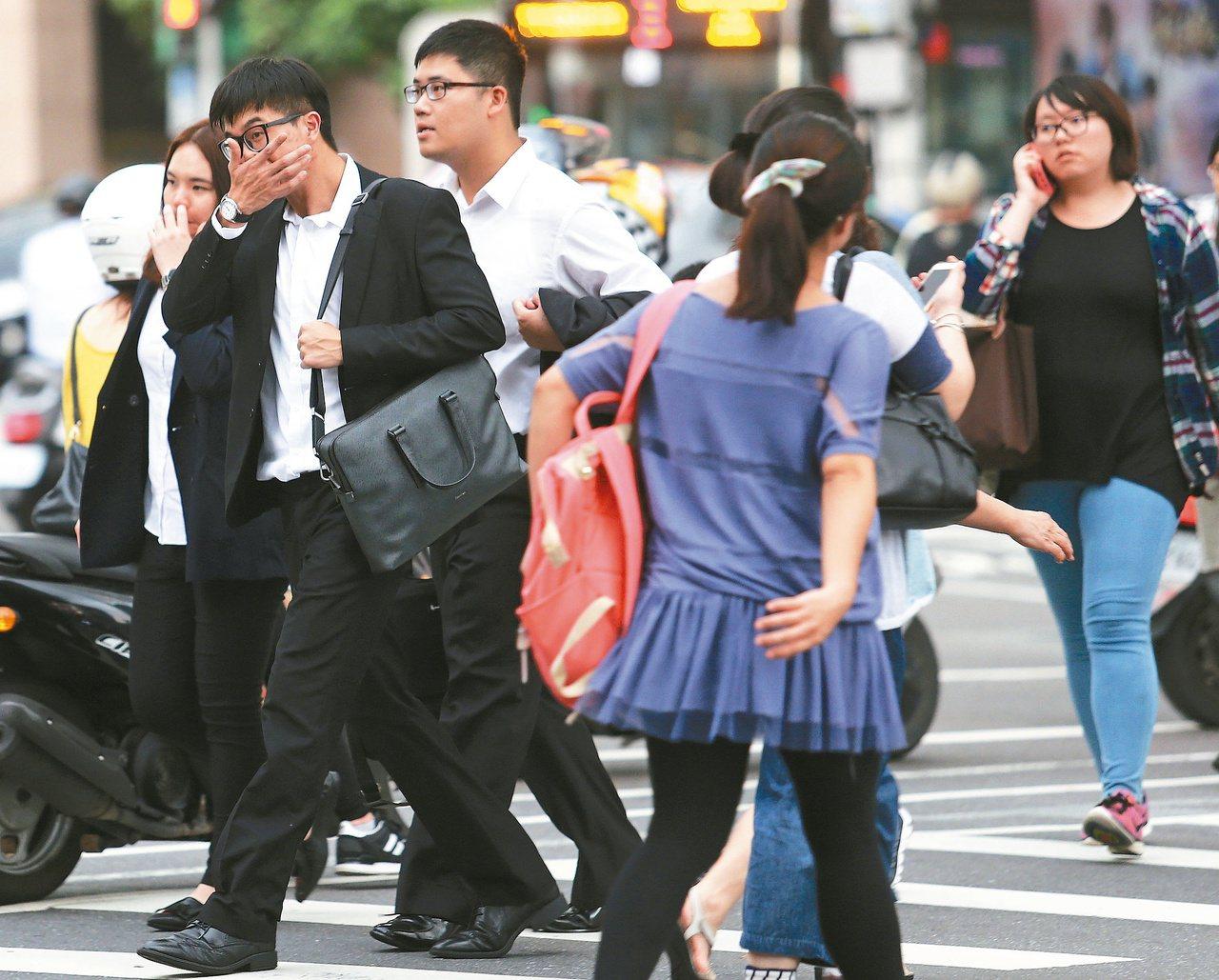 圖為街頭的年輕上班族。 報系資料照