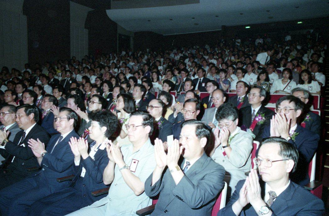 圖為1993年行政院首度舉辦的「模範公務員」選拔頒獎典禮。 圖/報系資料照片
