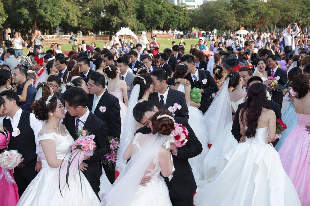 內政部及經濟部統計,在台灣一場婚禮約花費70萬元,相當於新人一整年薪水。圖為集團...