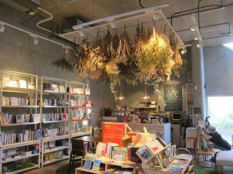 青鳥書店以書本和乾燥花作為布置元素。 宋宜馨