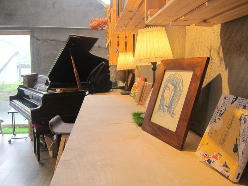 店裡的鋼琴可以演奏喔。 宋宜馨