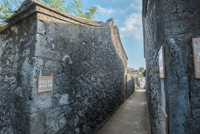 澎湖縣南寮村,留存了相當多使用硓𥑮石建造的傳統古宅。 葉俊宏