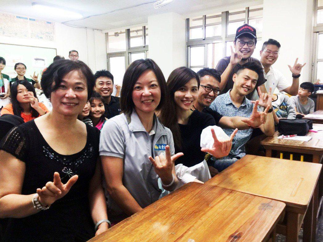 「蘇打綠」團長阿福(右二)發起華山站貨場助星計畫,在新竹站展開。記者郭宣彣/攝影