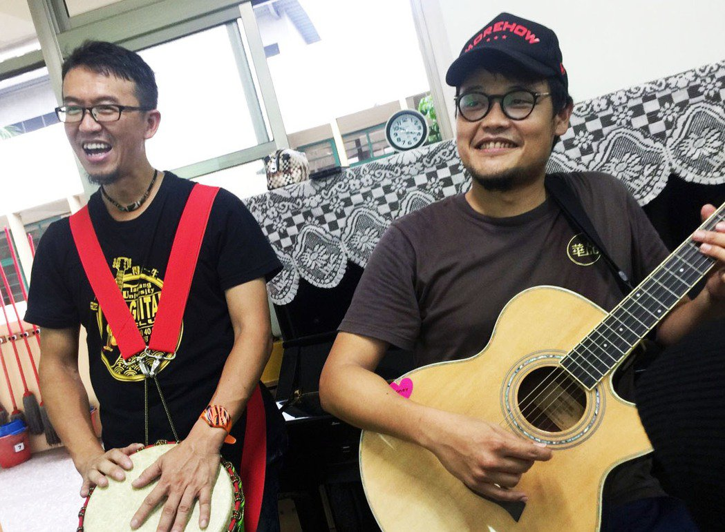 「蘇打綠」團長阿福(右)、非洲鼓老師胡景文打造行動音樂教室,將音樂資源投入給弱勢...