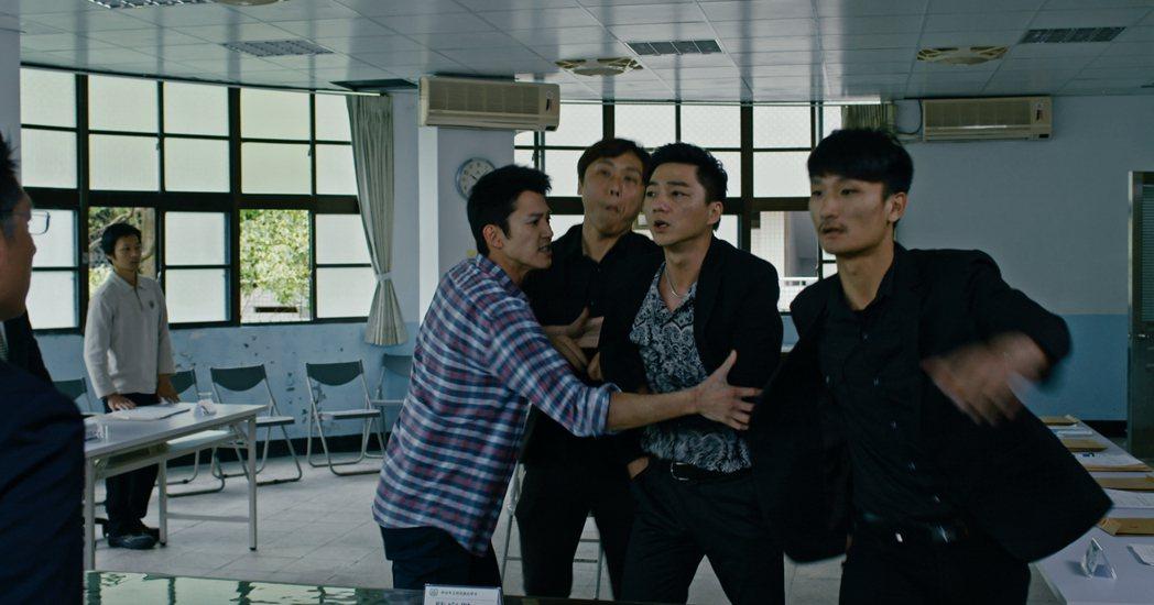 吳慷仁(左)、藍葦華拍攝「乒乓」一場衝突戲,逼真得讓臨演也嚇哭。圖/公視提供