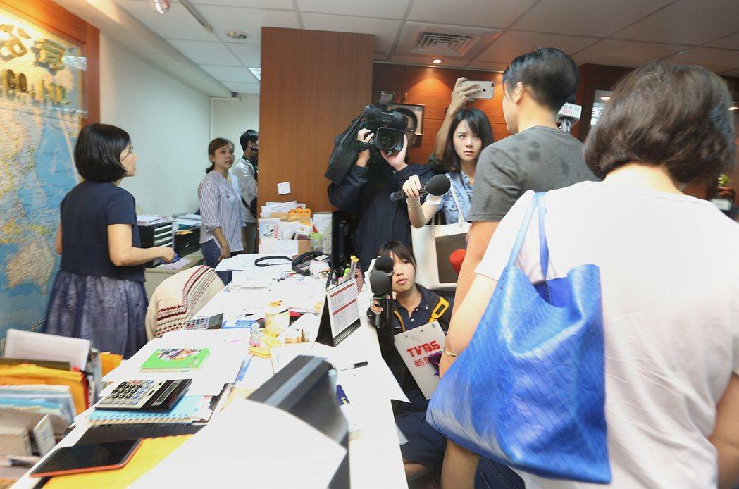 台北市東晟旅行社旅行團上午在中國湖北三峽景區遭遇土石流,釀三死二傷,下午家屬赴旅
