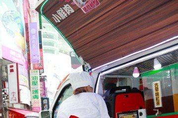 「法拉利姐」張婷婷,下午開著「胖卡-小鮮肉幸福餐車」在西門町捷運站口賣起「黑鮑魚包香腸」,一份80元。張婷婷說,本來要來幫忙的2個「小鮮肉」,到了開賣,都還不見人影。但沒一會,就遭警察勸離。