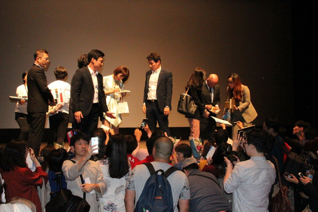 「追捕」在釜山影展首映,觀眾熱情要求簽名。圖/華映提供