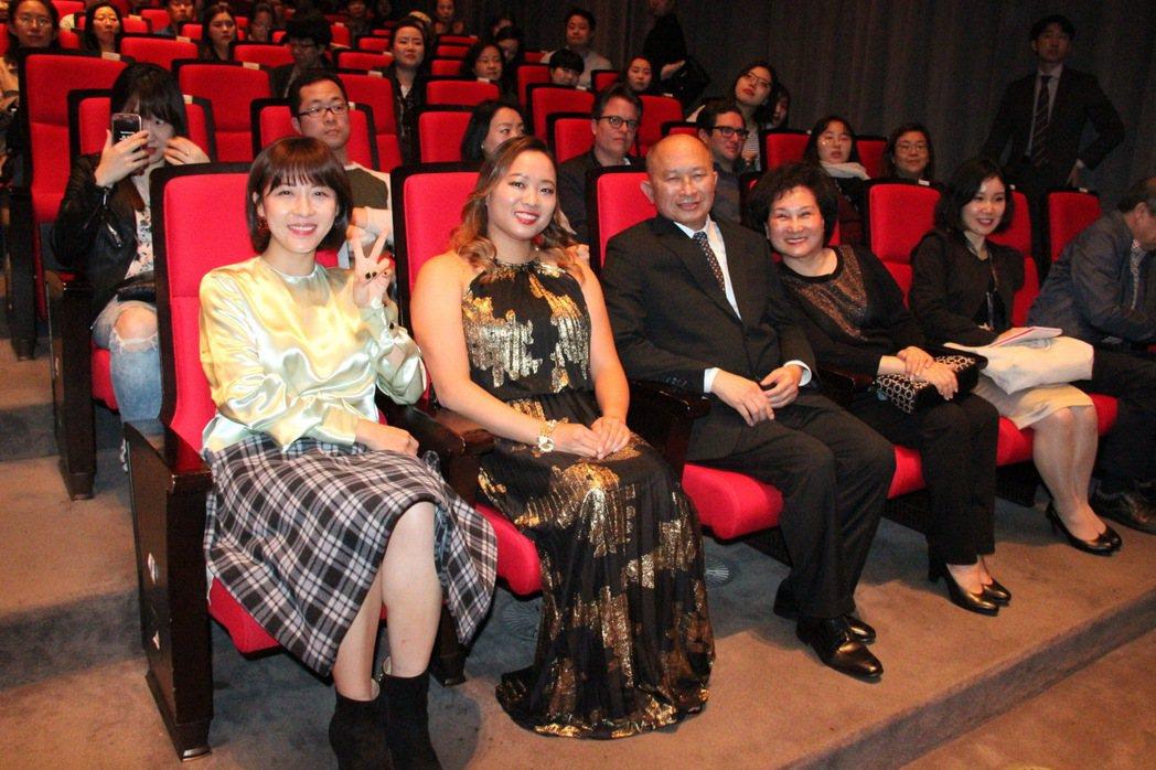 「追捕」在釜山影展首映,左起:河智苑、吳飛霞、吳宇森、吳宇森太太牛春龍。圖/華映...