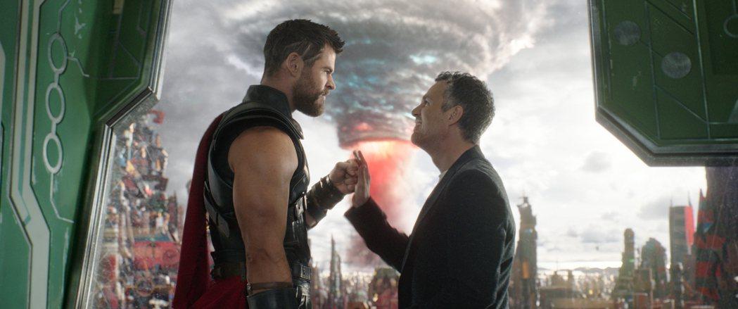 克里斯漢斯沃與馬克魯法洛在「雷神索爾3:諸神黃昏」中合作無間。圖/迪士尼提供