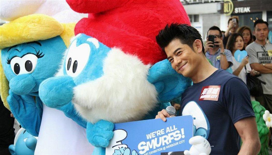 藍色小精靈(THE SMURFS)在在香港辦展時,吸引郭富城朝聖。圖/寬宏藝術...