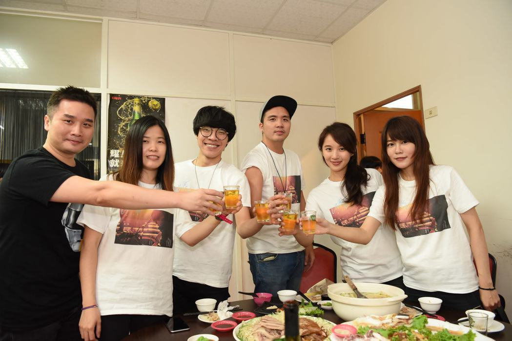 盧廣仲結束春季巡演台南場在海產店慶功。圖/添翼創越工作室提供