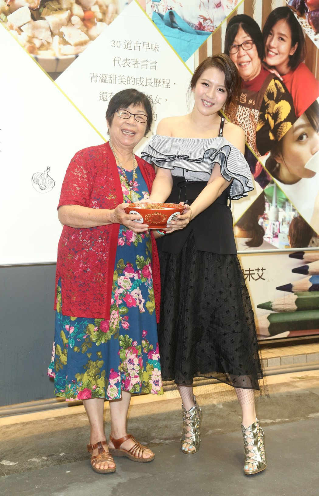 劉品言(右)推出新書「煮光陰」分享與阿嬤(左)的美味好時光。記者陳立凱/攝影