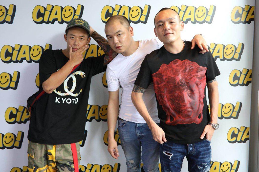 健志(左)、春風(右)替強尼(中)的新店站台。圖/混血兒娛樂提供