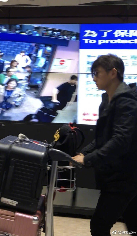 吳奇隆現身機場,發現有民眾拍攝,比「噓」手勢希望民眾不要再拍。圖/摘自網路