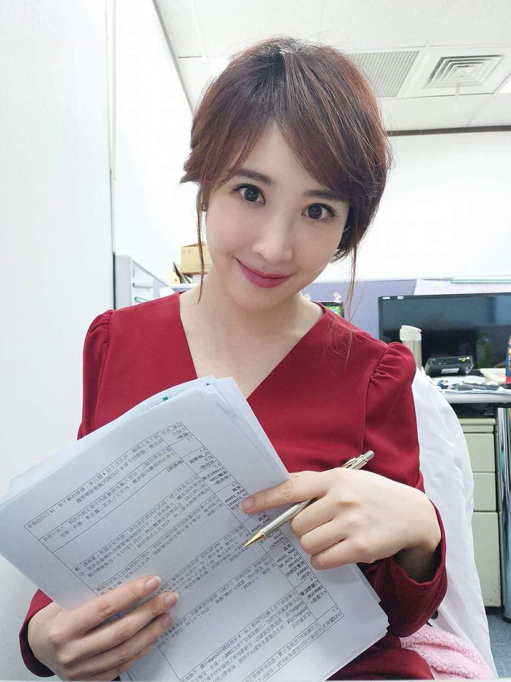 女主播黃若薇晚間和友人到泰國髮廊親自道歉。圖╱摘自黃若薇臉書