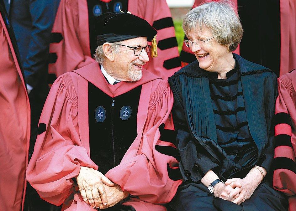 好萊塢名導史帝芬史匹柏(圖左)及臉書創辦人祖克柏,都曾應邀在哈佛畢業典禮上致詞,...
