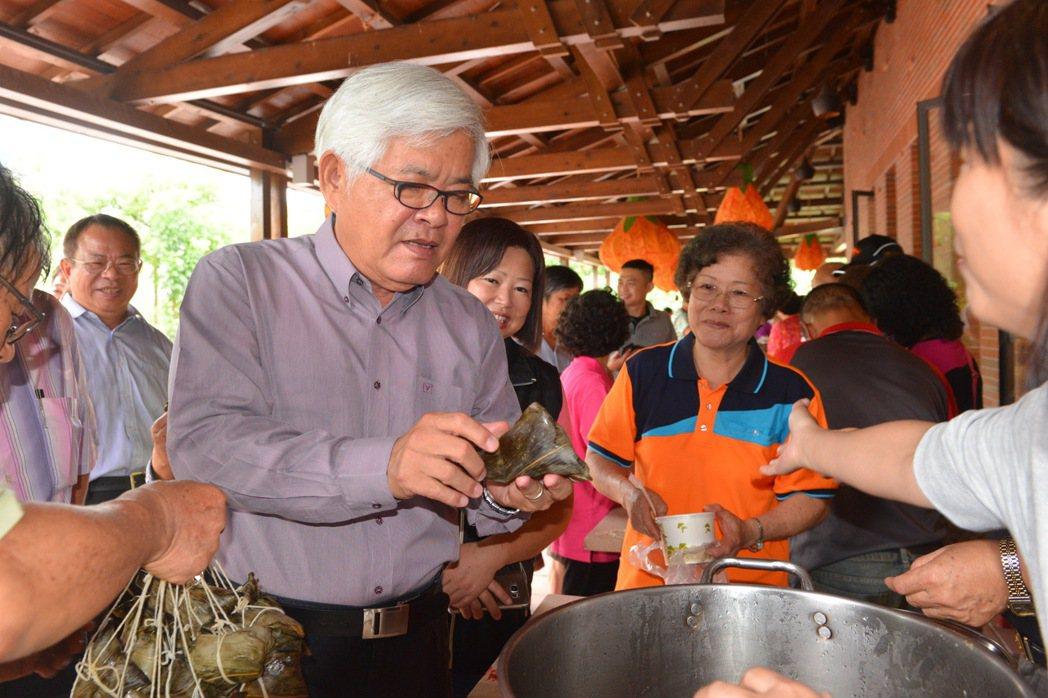 李進勇(左二)開心品嘗八大社鄉親們帶來的傳統客家美食。 記者胡瑋芳/攝影