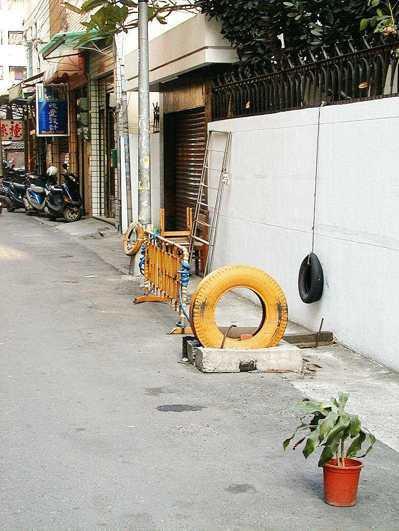 市區巷道「路霸」相當嚴重,廢輪胎、花盆、鐵架出籠,用來占據停車位,警方列為清除重...