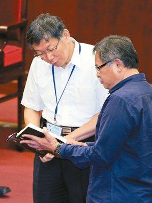 台北市長柯文哲(左)赴議會專案報告,議員李建昌(右)針對俞大維故居都更案質詢,並...
