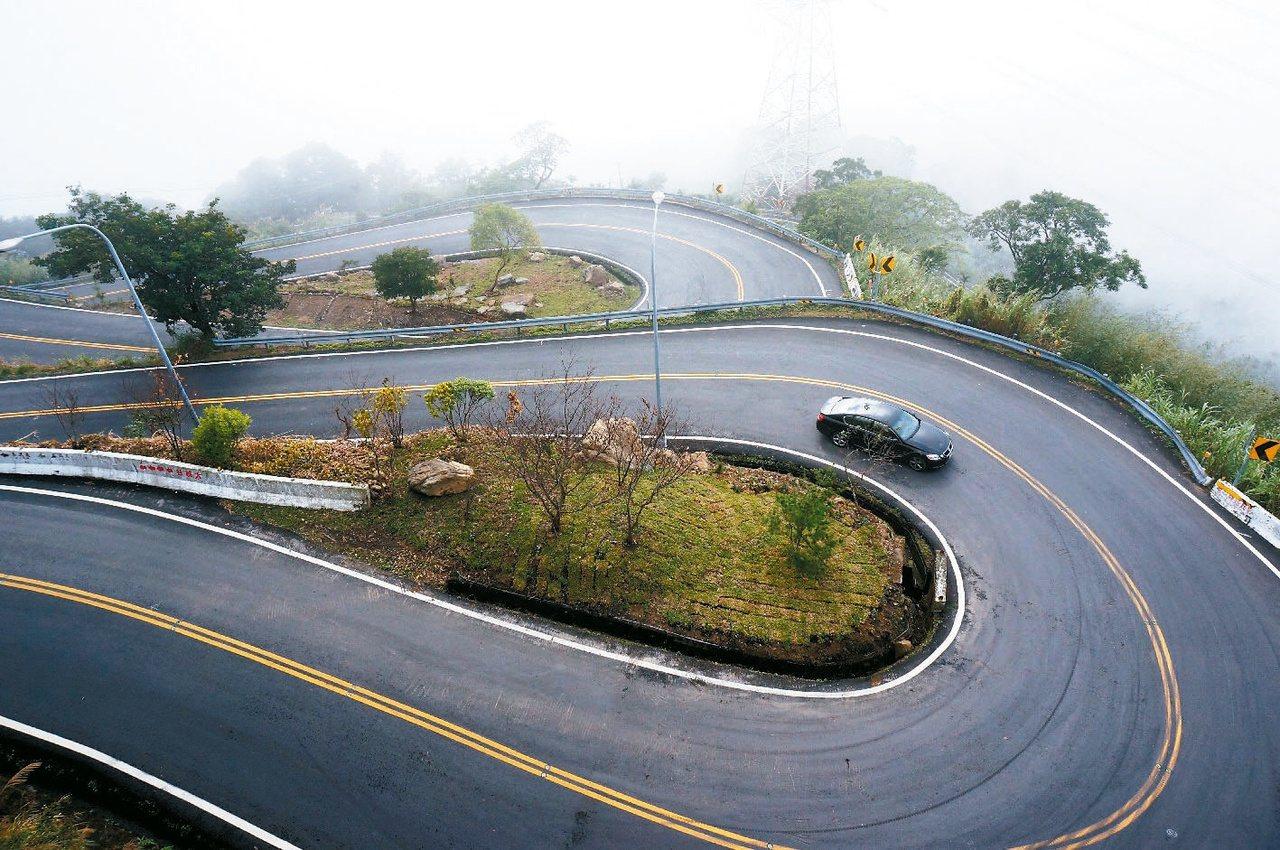 梅山鄉往太平村的162甲縣道,以36彎著名。報系資料照