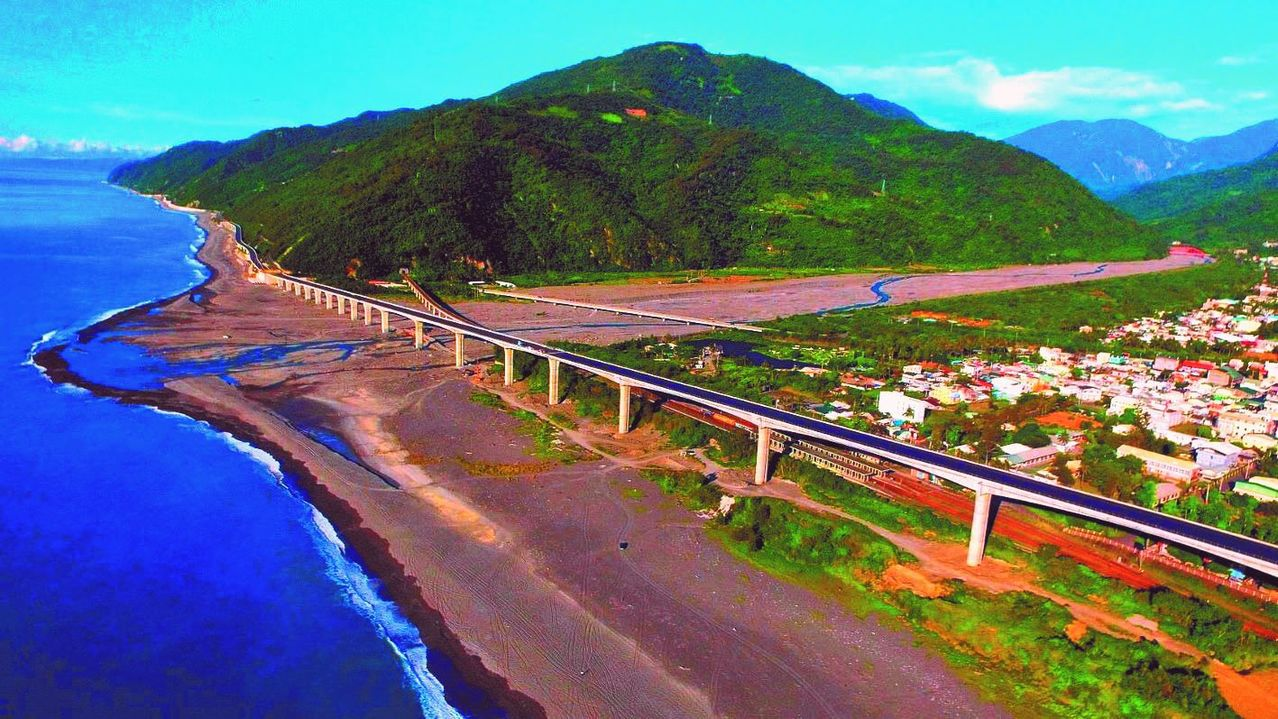 全台最美高架橋,台東金崙高架橋15日下午已經開放通車。公路總局/提供