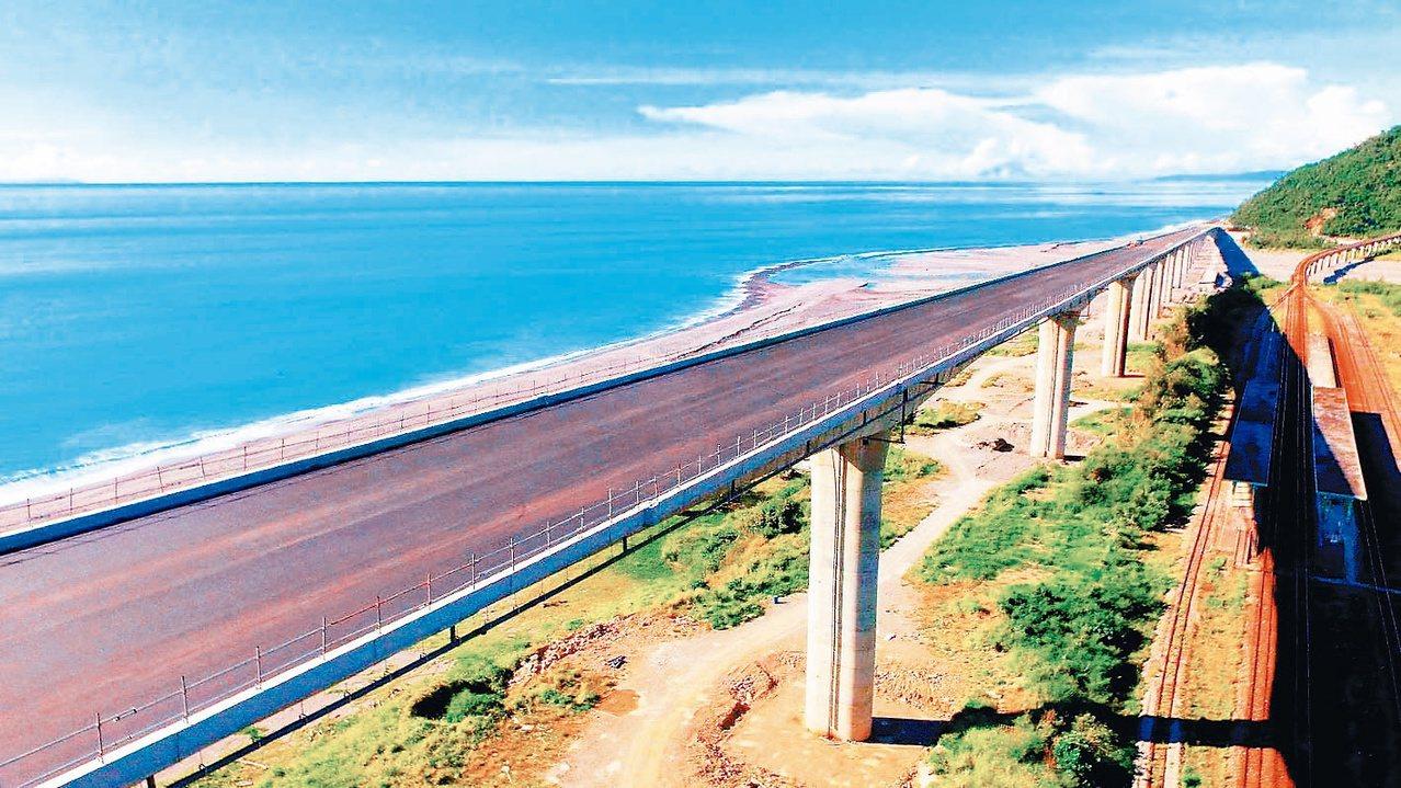 台東台九線金崙高架橋相當靠近海岸,車外望去就可飽覽太平洋美景。公路總局/提供
