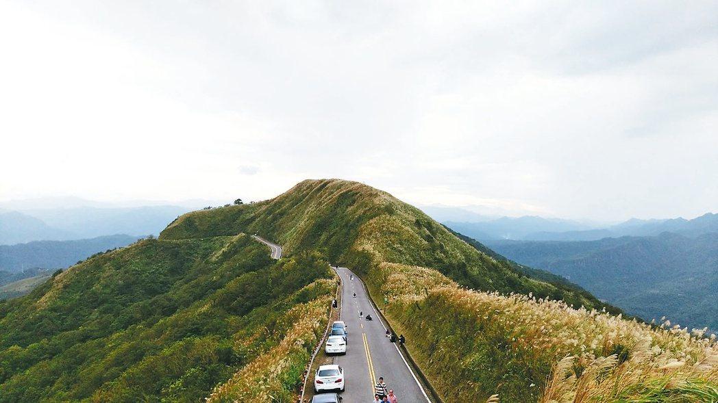 銜接基隆與福隆的102縣道以不厭亭為最高點,道路剛好開在山稜線上,是北台灣有名的...