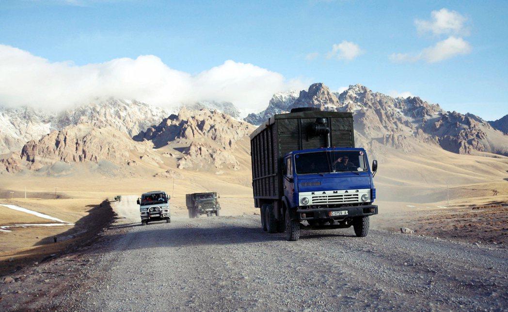 「搭便車不能只靠運氣,但運氣好的時候,連在車流稀落的帕米爾高原,便車機遇都會自己...