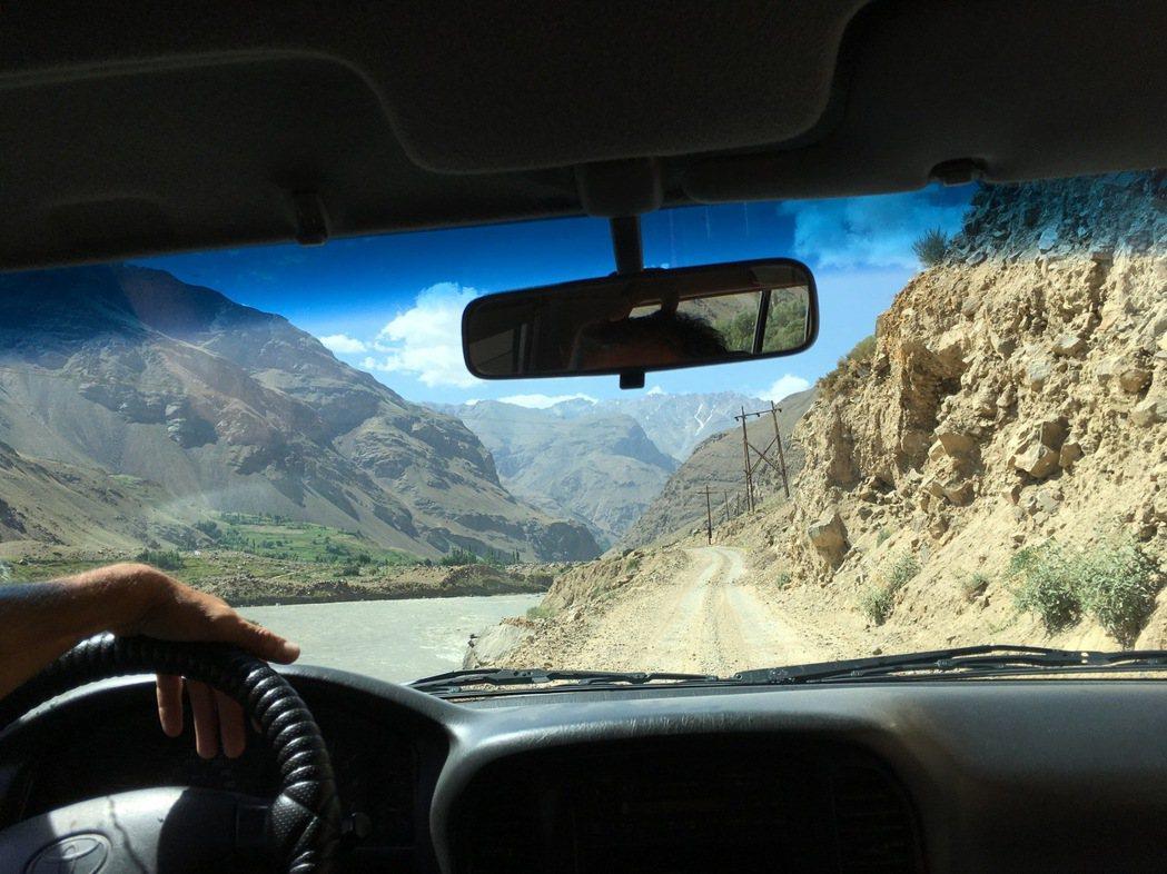 遇上阿迪夫(Atif)時,我正沿著噴赤河旅行;這裡是帕米爾高原的邊緣,也是塔吉克...