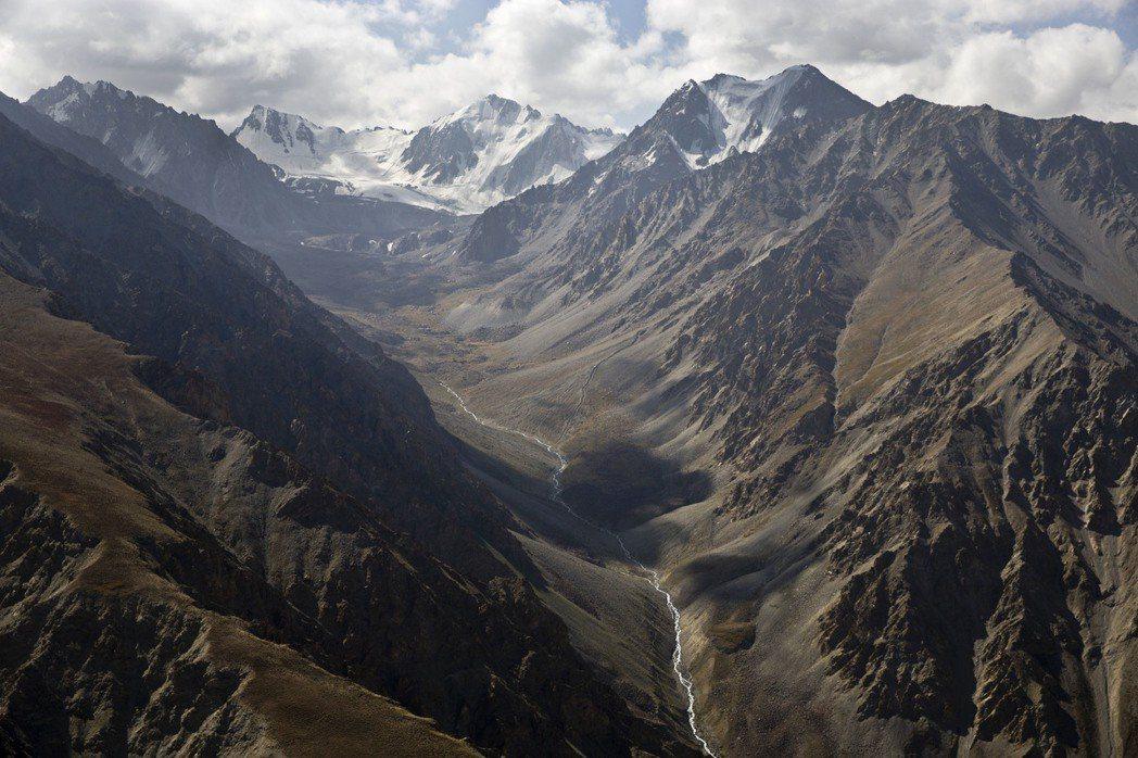 「看到那些山了嗎?那背後就是興都庫什山,再過去就是巴基斯坦了。」 圖/美聯社