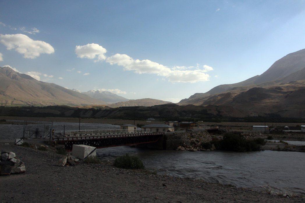 內戰結束之後,AKDN 繼續成為橫跨塔吉克和阿富汗的整個巴達赫尚地區裡最活躍的N...