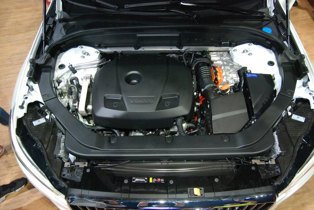 圖為 T8 插電式油電混合車型引擎室,T8 車型最大綜效馬力為 407匹,平均油...