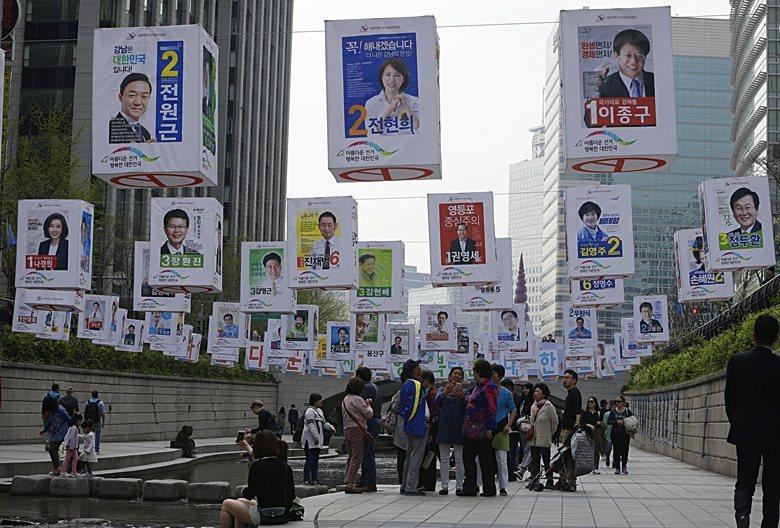 2016年韓國大選期間,清溪川也掛滿了各候選人的宣傳物。 圖/美聯社