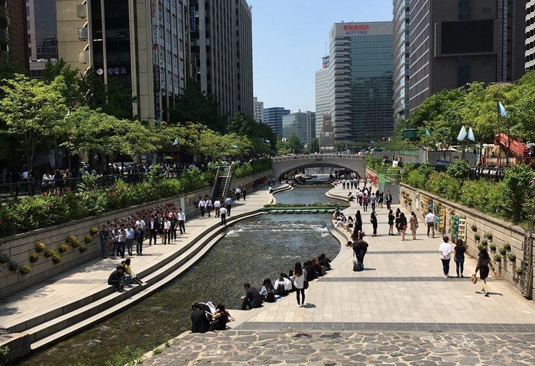 清溪川附近多辦公大樓,每天中午有大量上班族到此休憩。 圖/作者自攝