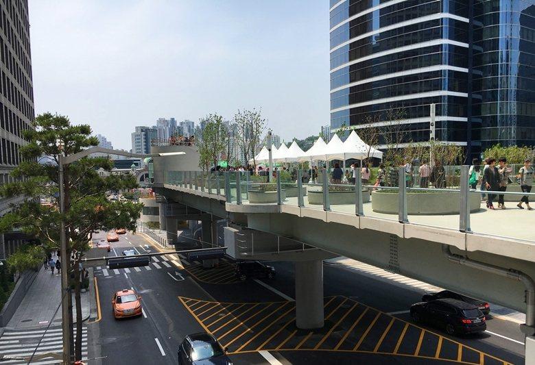 首爾火車站高架道路原本專供車輛行駛,如今改造成了人行步道。  圖/作者自攝