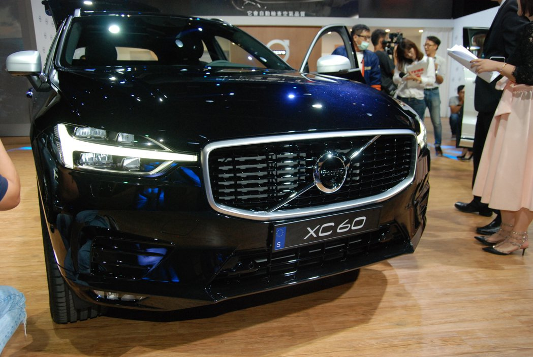XC60 R-Design 車型的車頭採用亮黑橫柵水箱護罩。 記者林鼎智/攝影