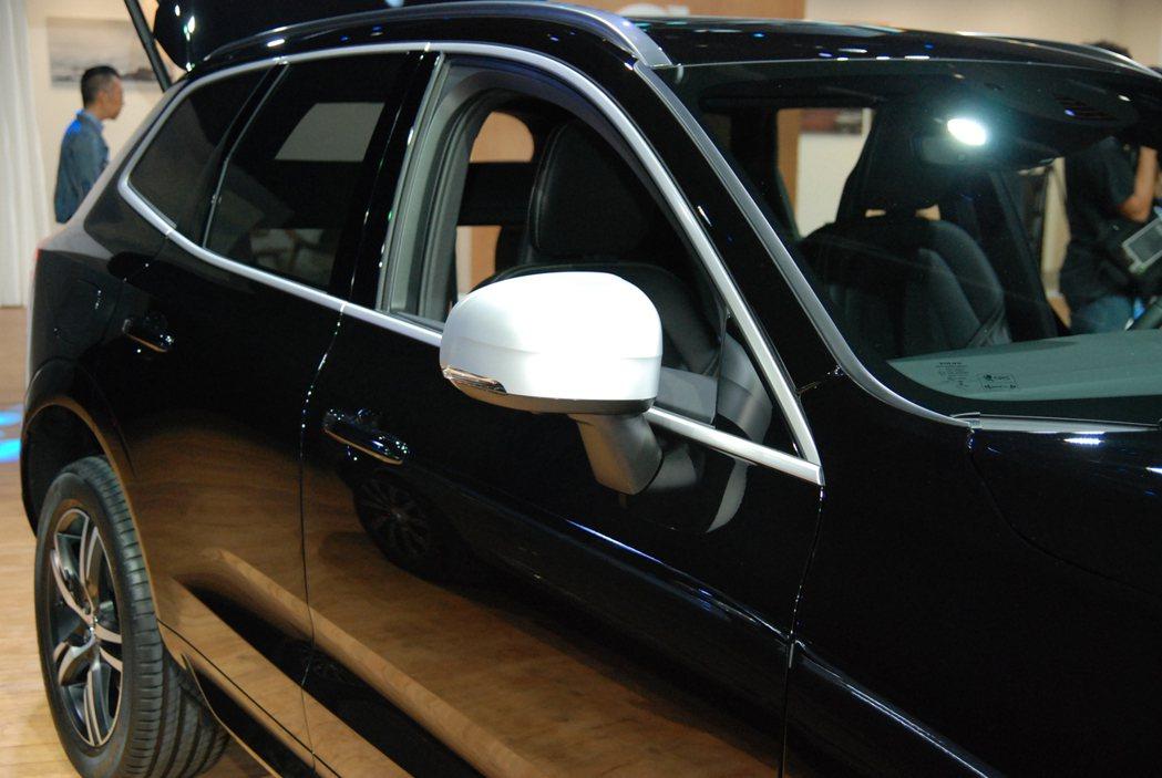 圖為 R-Design 車型專屬的霧銀車外後視鏡與側窗金屬絲紋飾條。 記者林鼎智...