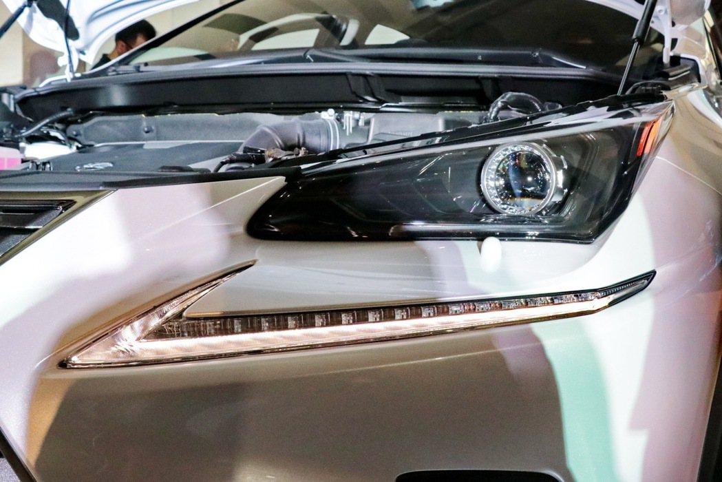 N200的LED頭燈較為不同。 記者陳威任/攝影
